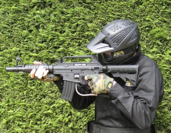 Player tests M16 paintball gun